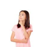 Muchacha bonita pensativa del preteenager con la camiseta rosada Imagenes de archivo