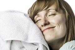 Muchacha bonita que abraza en una toalla Imagen de archivo libre de regalías