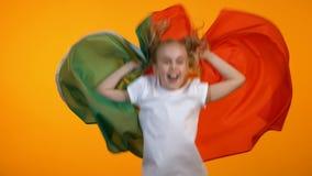 Muchacha bonita que agita con la bandera portuguesa, animando para el equipo de fútbol preferido almacen de metraje de vídeo