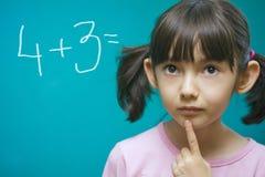 Muchacha bonita que aprende matemáticas. Imagen de archivo libre de regalías