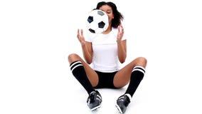 Muchacha bonita que ata sus botas del fútbol metrajes