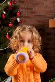 Muchacha bonita que bebe de la taza del bebé Fotos de archivo