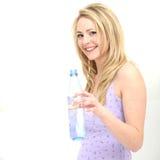 Muchacha bonita que bebe el agua dulce limpia Foto de archivo libre de regalías