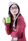 Muchacha bonita que bebe té caliente en estudio Fotos de archivo libres de regalías