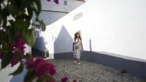 Muchacha bonita que camina en la ciudad tradicional de Portugal metrajes