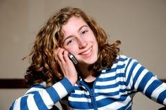 Muchacha bonita que charla en el teléfono móvil Imagen de archivo libre de regalías