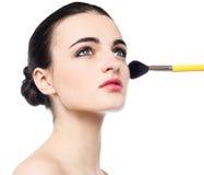 Muchacha bonita que consigue maquillaje de la cara hecho Fotos de archivo libres de regalías