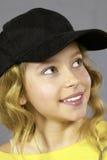 Muchacha bonita que desgasta una gorra de béisbol Fotografía de archivo libre de regalías