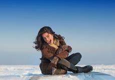 Muchacha bonita que disfruta del día de invierno asoleado Imagen de archivo libre de regalías