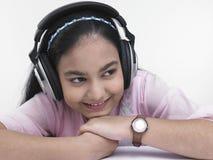 Muchacha bonita que escucha la música Fotografía de archivo libre de regalías