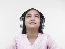 Muchacha bonita que escucha la música Imagen de archivo libre de regalías