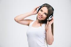 Muchacha bonita que escucha la música en auriculares Fotos de archivo libres de regalías