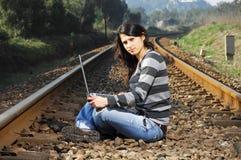 Muchacha bonita que espera el tren Fotografía de archivo libre de regalías