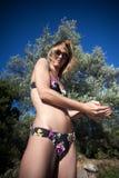 Muchacha bonita que goza de la playa Foto de archivo libre de regalías