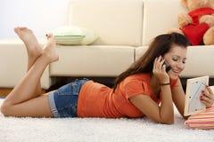 Muchacha bonita que habla con el novio en móvil Imagen de archivo libre de regalías