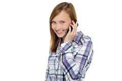 Muchacha bonita que habla con su novio en móvil Fotografía de archivo