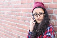 Muchacha bonita que habla en el teléfono celular Fotos de archivo
