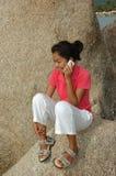 Muchacha bonita que habla en el teléfono móvil imagenes de archivo