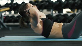 Muchacha bonita que hace ejercicios en el gimnasio, haciendo pectorales del ABS almacen de metraje de vídeo