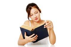 Muchacha bonita que lee un libro. Fotografía de archivo libre de regalías