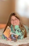 Muchacha bonita que lee un libro Imagenes de archivo