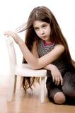 Muchacha bonita que mira y que soña sentarse en blanco Fotos de archivo libres de regalías