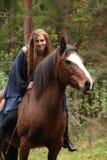 Muchacha bonita que monta un caballo sin cualquier equipo Imagenes de archivo