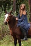Muchacha bonita que monta un caballo sin cualquier equipo Foto de archivo