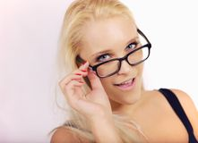 Muchacha bonita que parece muy elegante en sus gafas fotos de archivo