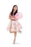 Muchacha bonita que presenta con el globo rosado Fotografía de archivo