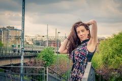 Muchacha bonita que presenta en el puente del ferrocarril Foto de archivo