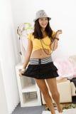 Muchacha bonita que presenta en la mini sonrisa de la falda Imágenes de archivo libres de regalías