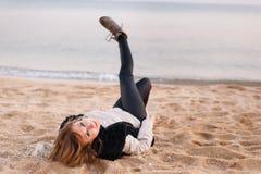 Muchacha bonita que presenta en la playa foto de archivo libre de regalías