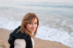 Muchacha bonita que presenta en la playa Fotografía de archivo libre de regalías