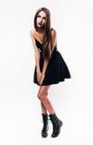 Muchacha bonita que presenta en vestido negro Imagen de archivo libre de regalías