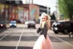 Muchacha bonita que recorre abajo de la calle Foto de archivo