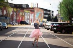 Muchacha bonita que recorre abajo de la calle Imagen de archivo libre de regalías