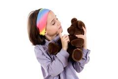 Muchacha bonita que regana el oso de peluche Fotografía de archivo