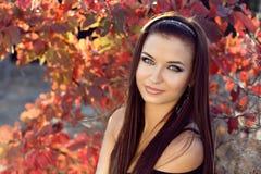 Muchacha bonita que relaja al adolescente al aire libre, hermoso en backg de la naturaleza Fotos de archivo libres de regalías
