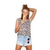 Muchacha bonita que se divierte y que come el helado Fotos de archivo