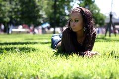 Muchacha bonita que se relaja en hierba Fotografía de archivo