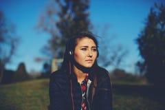 muchacha bonita que se relaja y que escucha la música Imagen de archivo libre de regalías