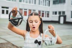 Muchacha bonita que sostiene el auricular Imagen de archivo libre de regalías