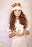 Muchacha bonita que sostiene la caja de regalo Imagen de archivo