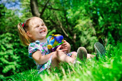 Muchacha bonita que sostiene los nuevos juguetes para la salvadera al aire libre Fotos de archivo