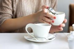 Muchacha bonita que sostiene una taza de té Foto de archivo