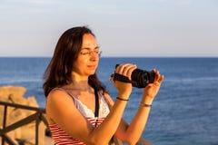 Muchacha bonita que tira una película Imagen de archivo