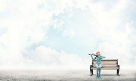 Muchacha bonita que toca el violín Foto de archivo