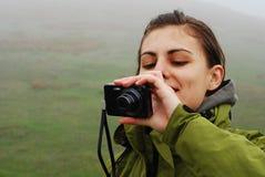 Muchacha bonita que toma cuadros Imagenes de archivo