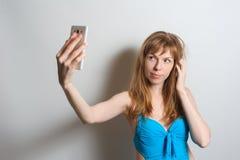 Muchacha bonita que toma el selfie Foto de archivo libre de regalías